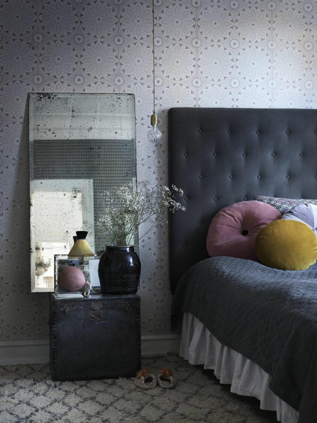 Klassiskt stoppad sänggavel i mörkgrått