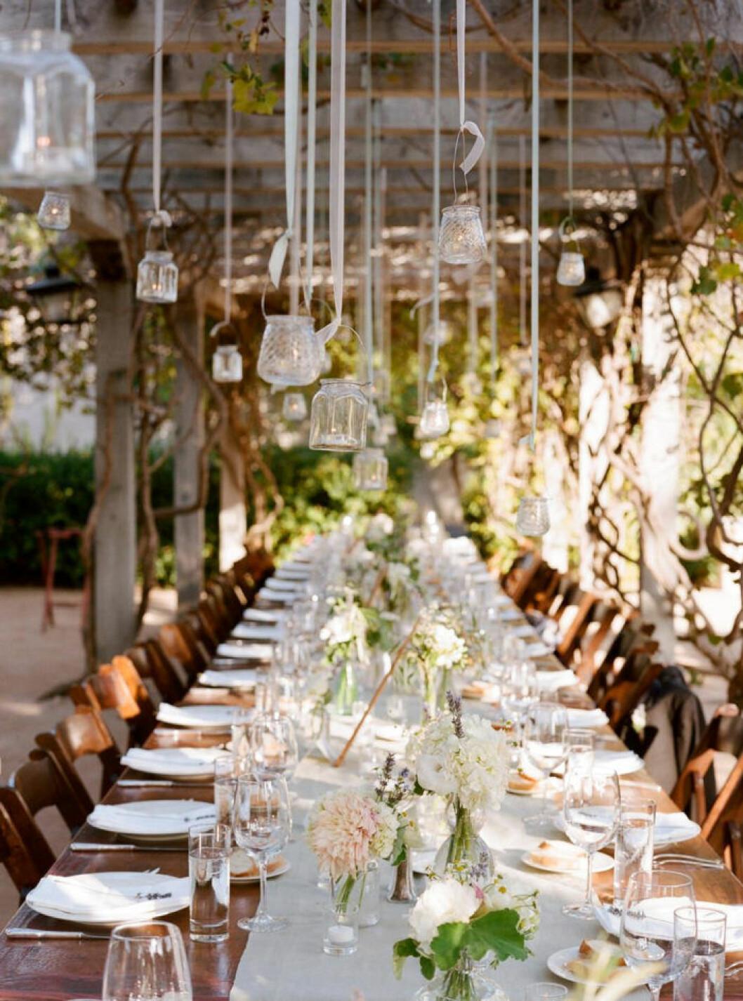 små vaser hänger ner från taket istället för att placeras på bordet