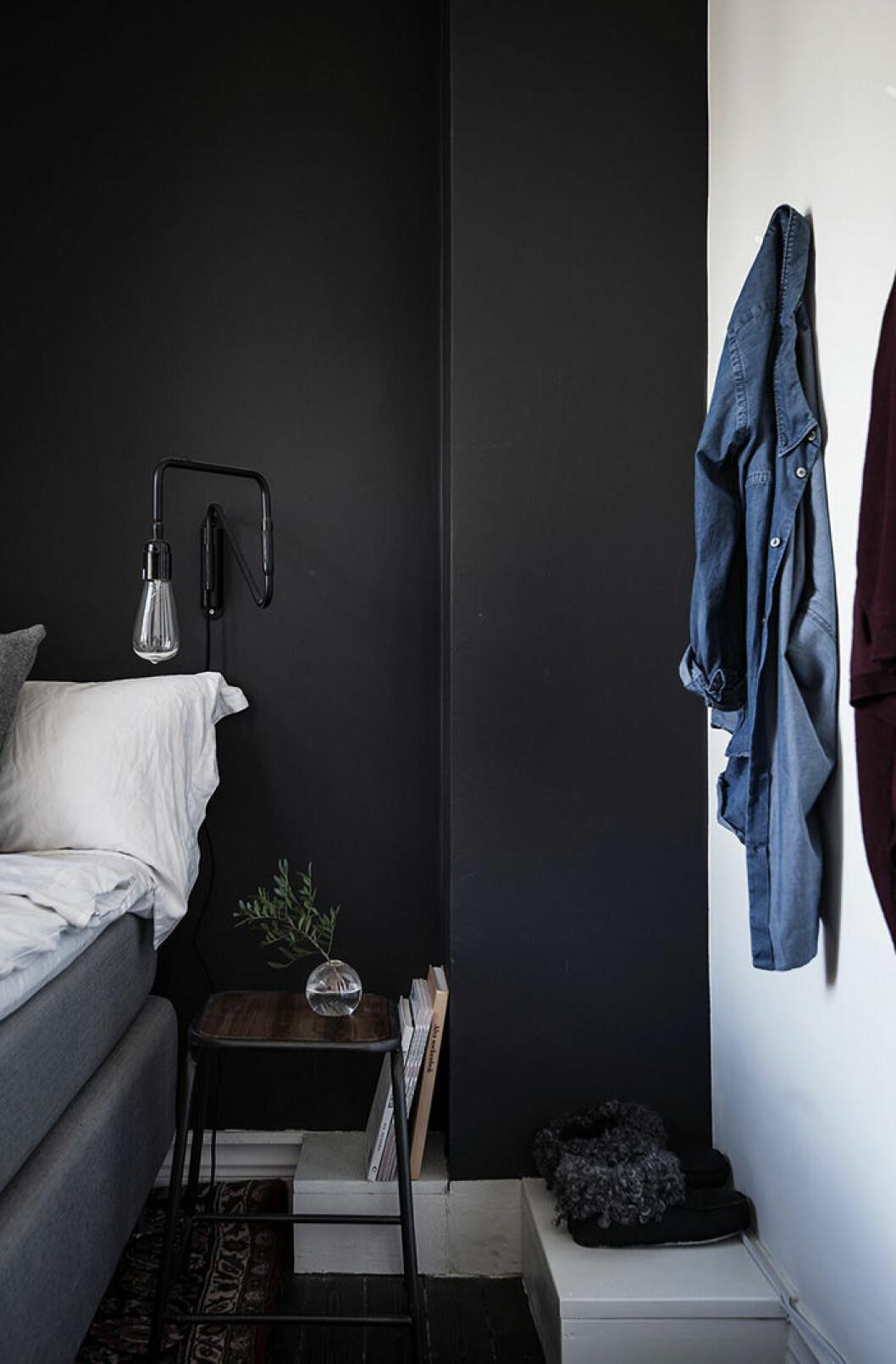 Svartmålade väggar i sovrummet