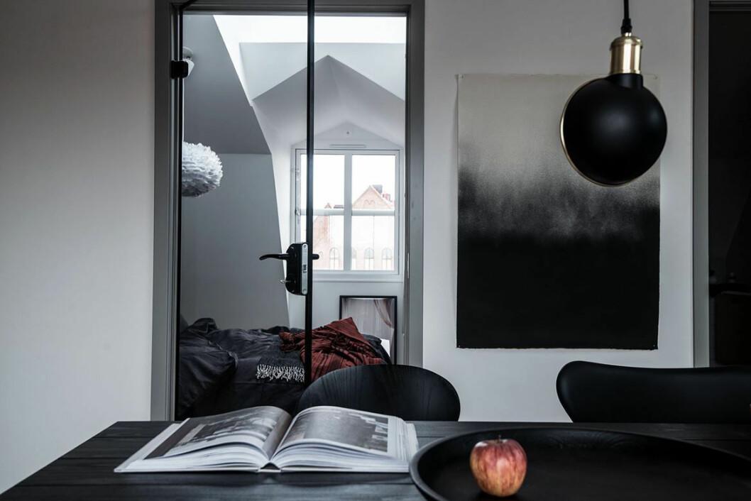 Svarta detaljer i rummet.
