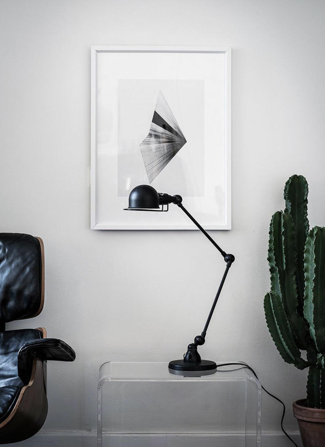 Svarta inredningsdetaljer i form av fåtölj och lampa
