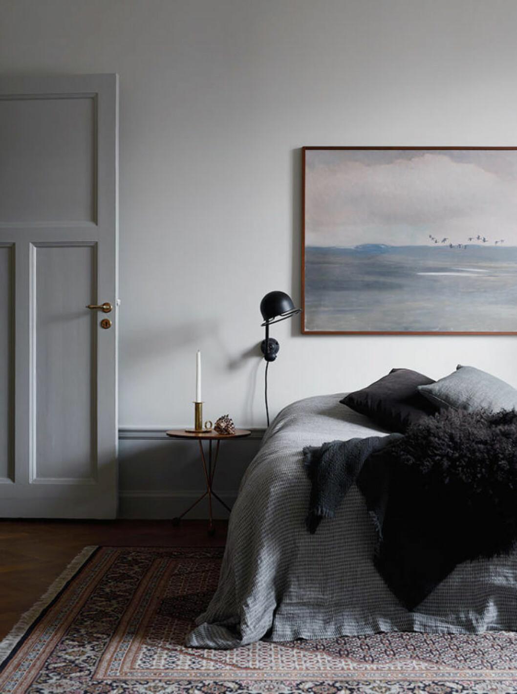 Sovrum med tavla föreställande öppet hav med fåglar
