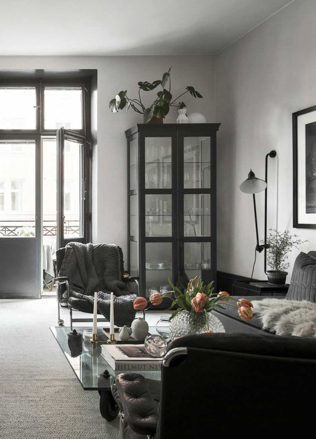 Scandinavian decoration and ideas. Livingroom with designer chair and black decoration.