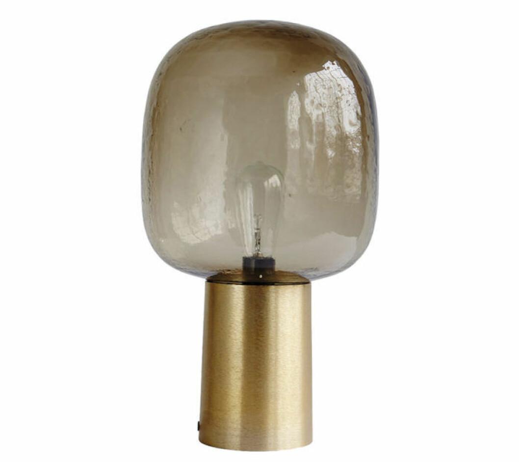 Lampa med guldfot och glaskupa från House Doctor.