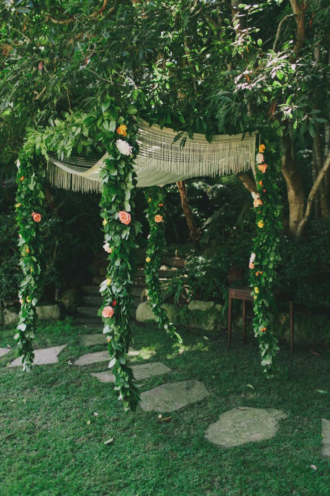 Dekorerad trädgård med snyggt regnskydd