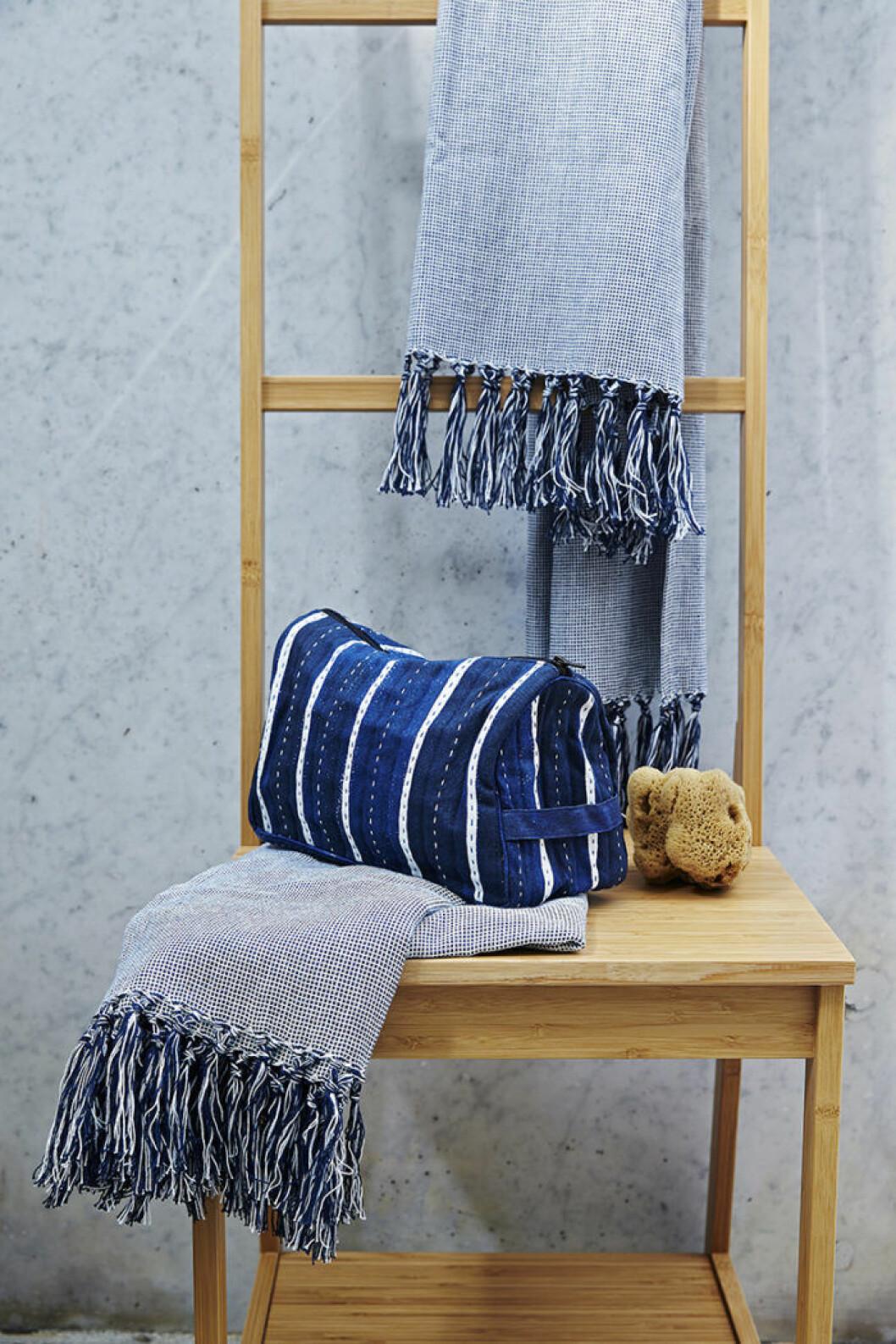 Ikeas kollektion Innehållsrik, blå handdukar.