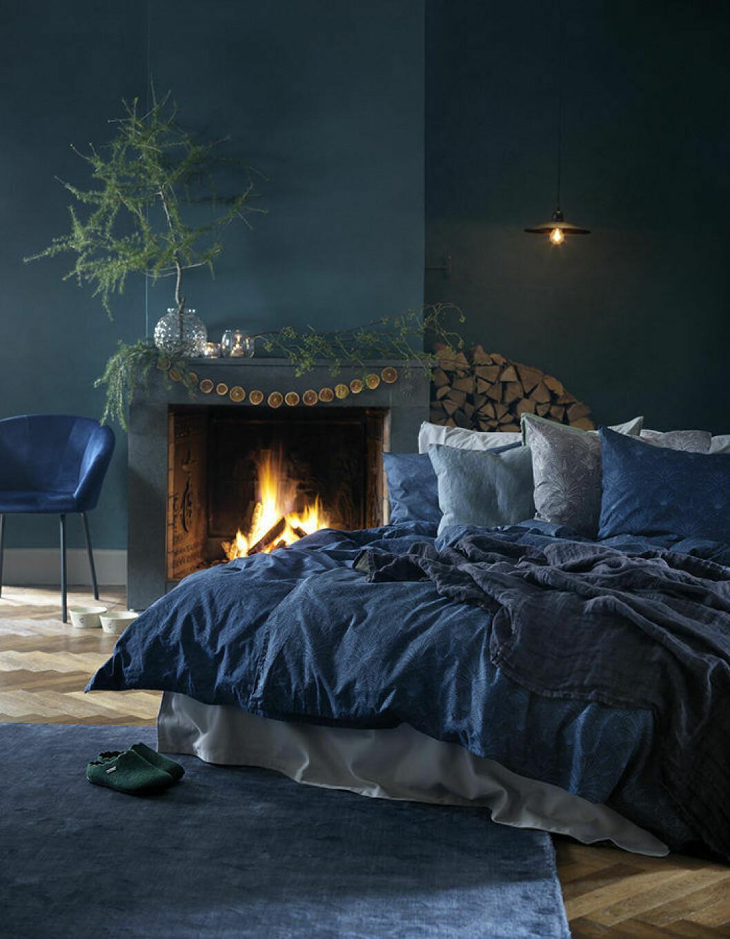 Blå sängkläder skapar ett mysigt sovrum.