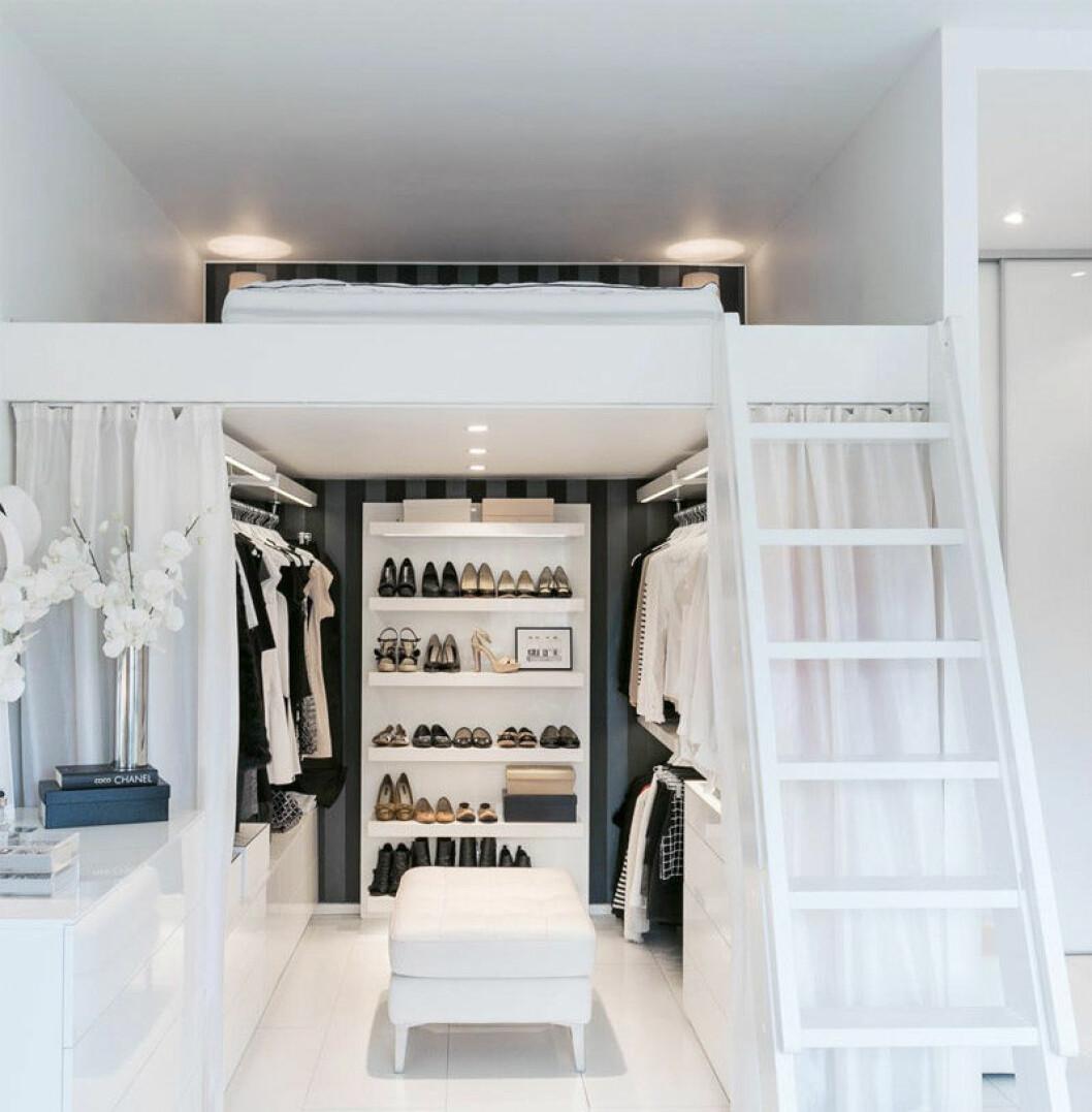 Under en loftsäng finns en walk in closet