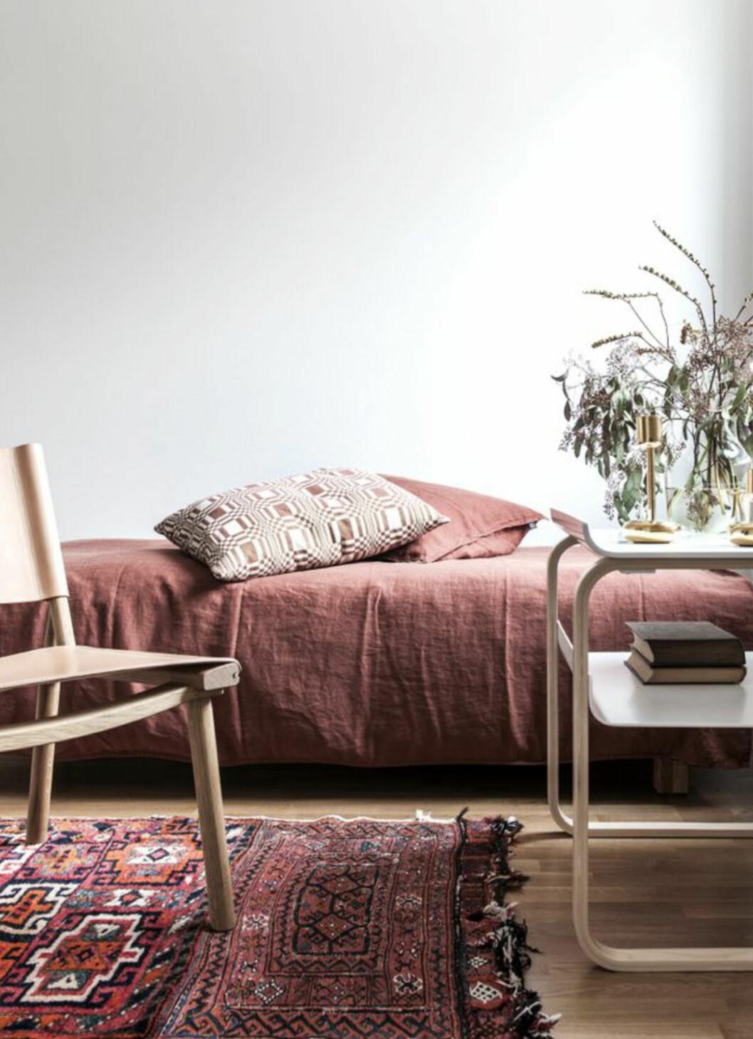 Sovrum som färgmatchar med rostrött