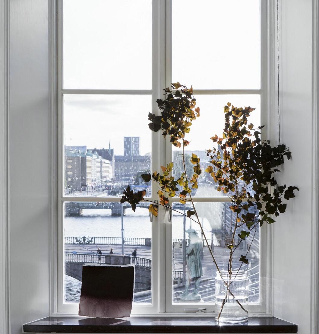 Fönsterbräda med en enkel vas på