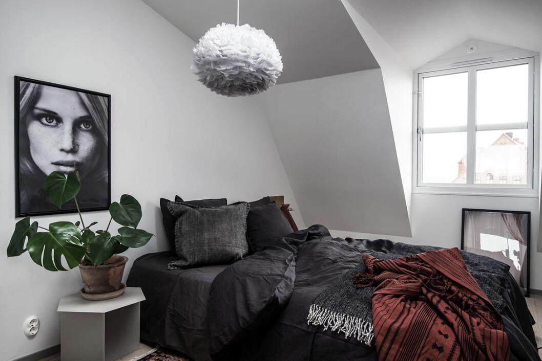 Svarta sängkläder.