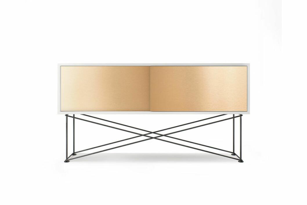 Stilren tv-bänk i vitt och mässing