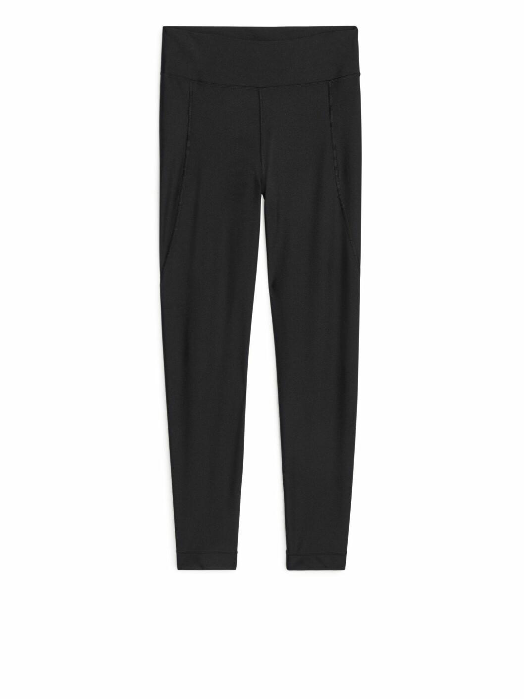 Matcha looken med ett par användbara leggings i svart, även dem från Arket.