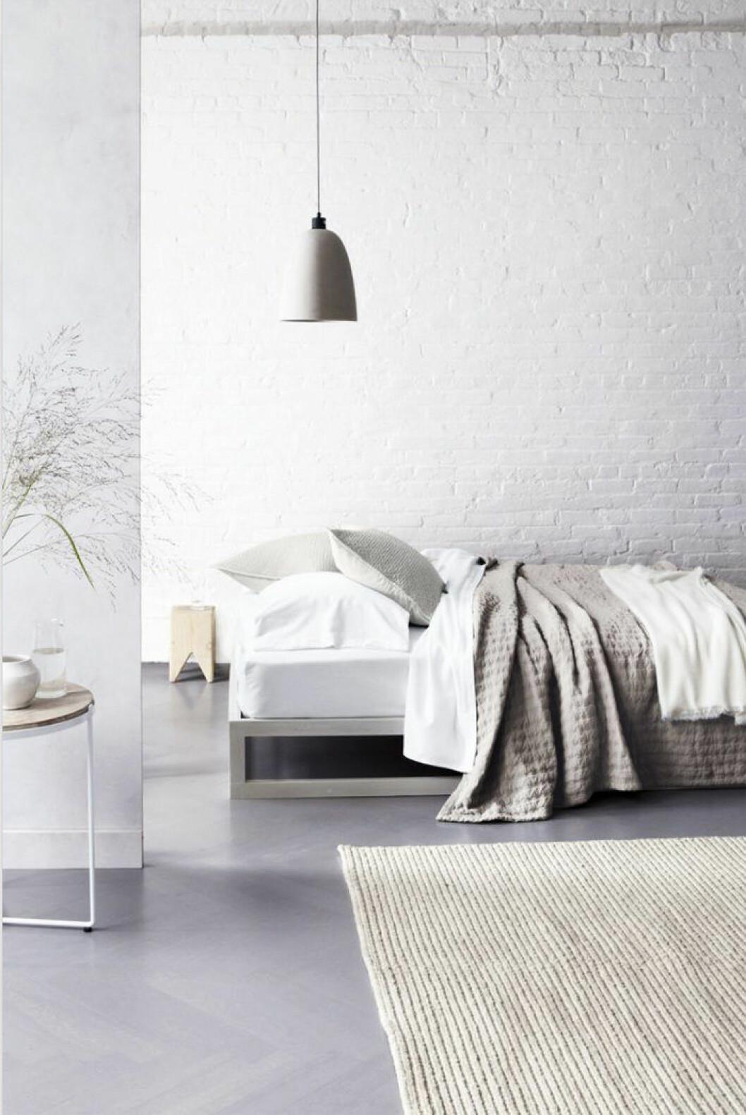 Vit tegelvägg i sovrum