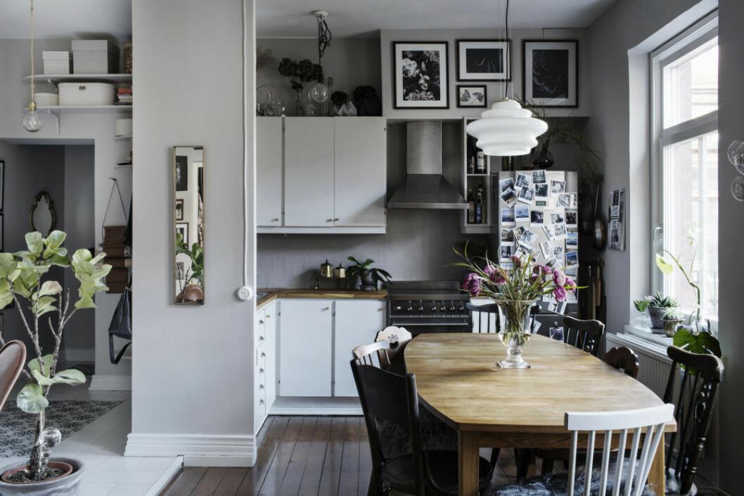 Kök med kreativa idéer som att fotografier placerats på ytan där ventilationen går