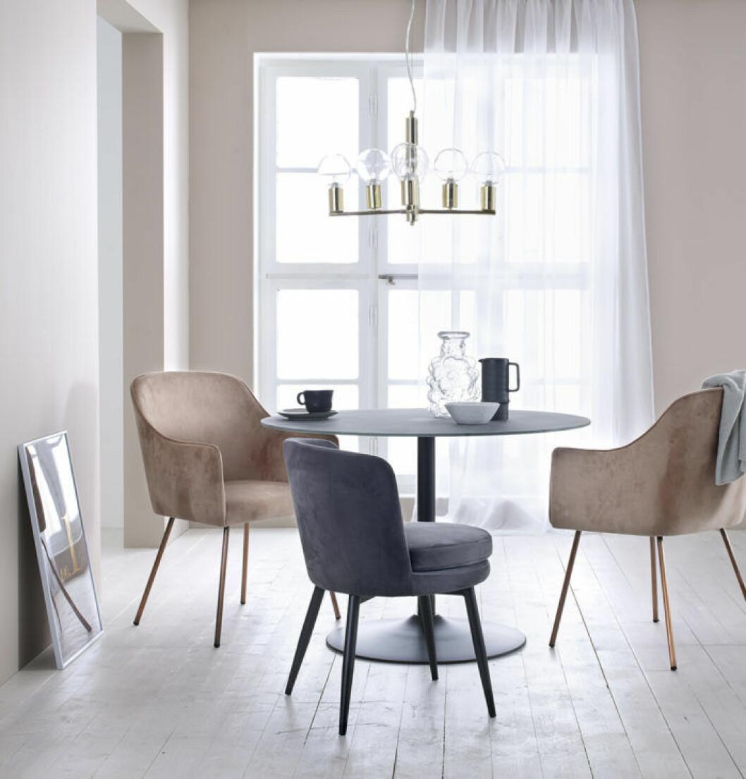 Sammetsstolar och takpendel i guld. Våren 2018 på Ellos Home.