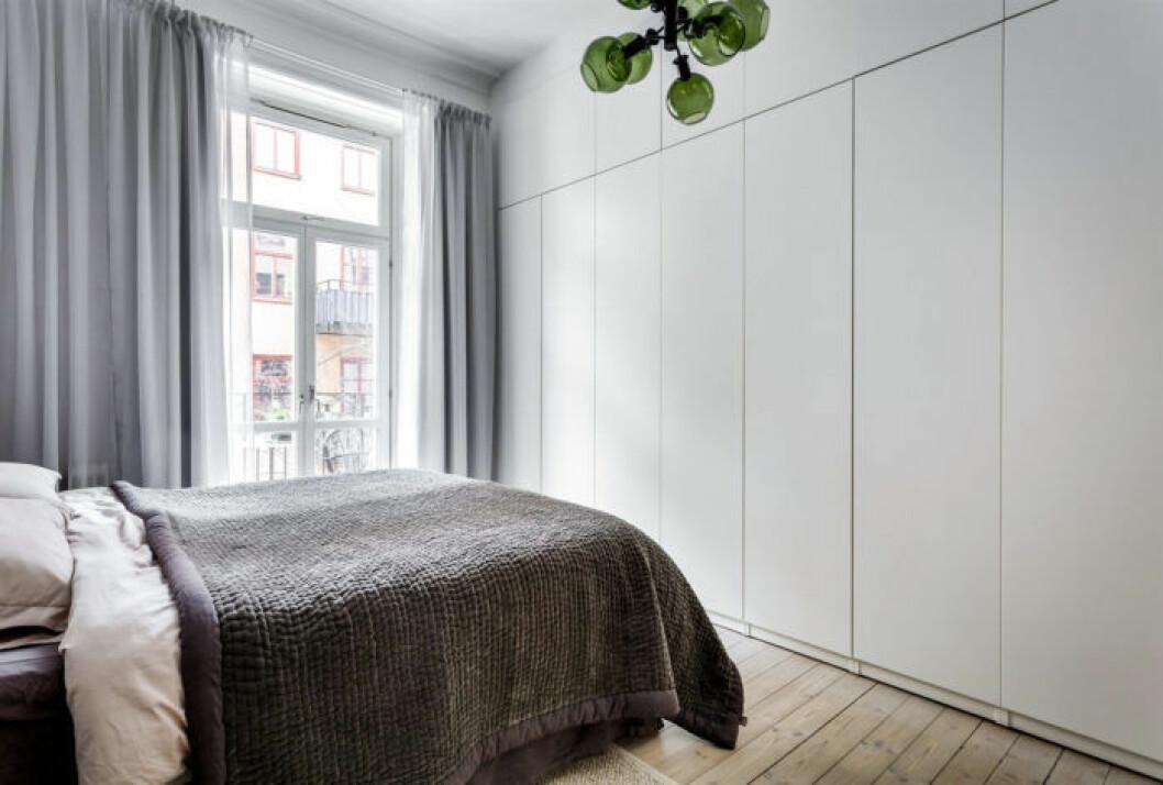 Sovrum med garderob som inte väcker uppmärksamhet, utan har bara enkla dörrar utan handtag eller beslag