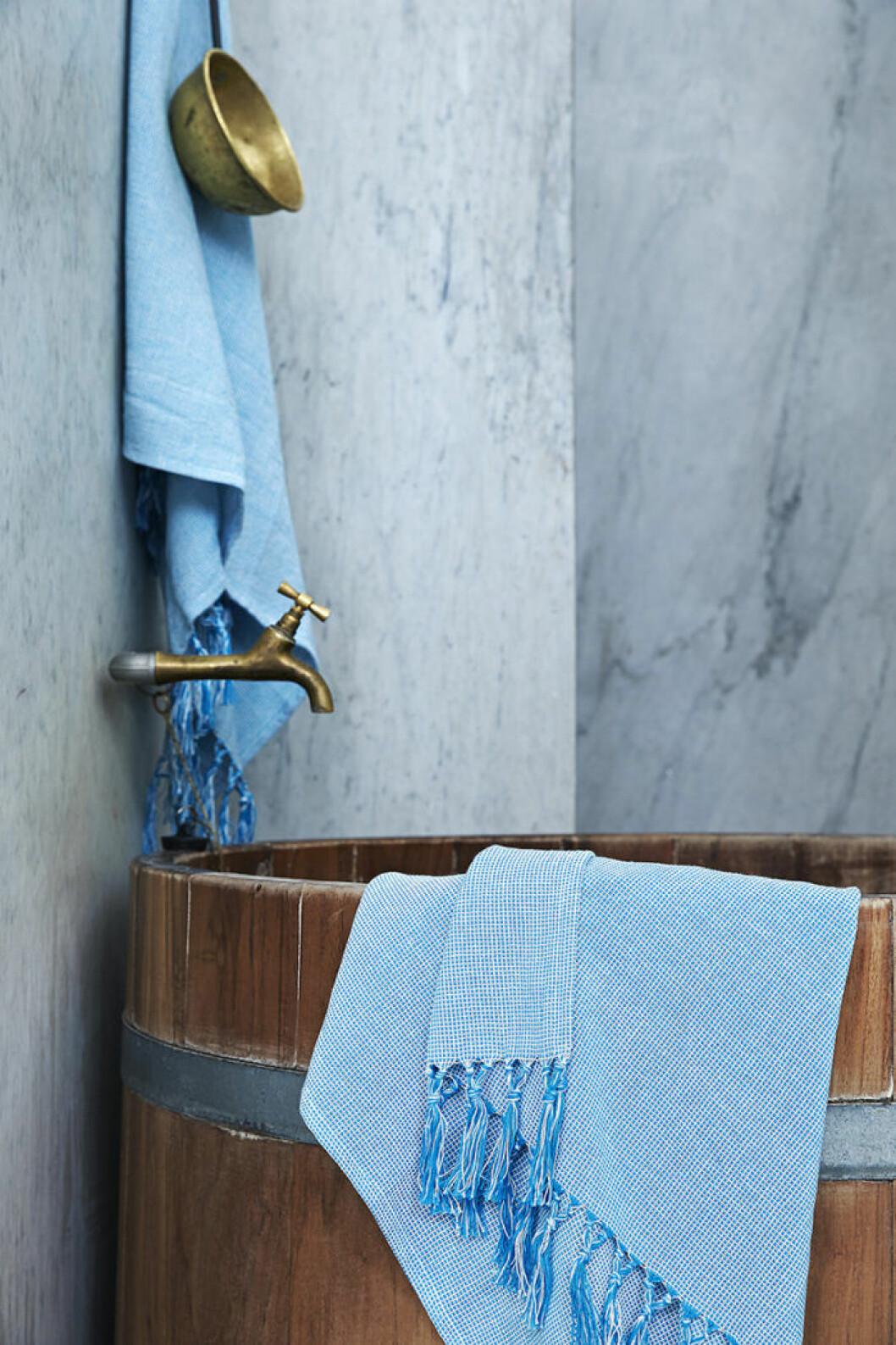 Ikeas kollektion Innehållsrik, badtunna och turkos handduk.