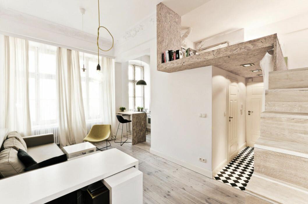 Trappa leder upp till sovloft som platsbyggts över toaletterna