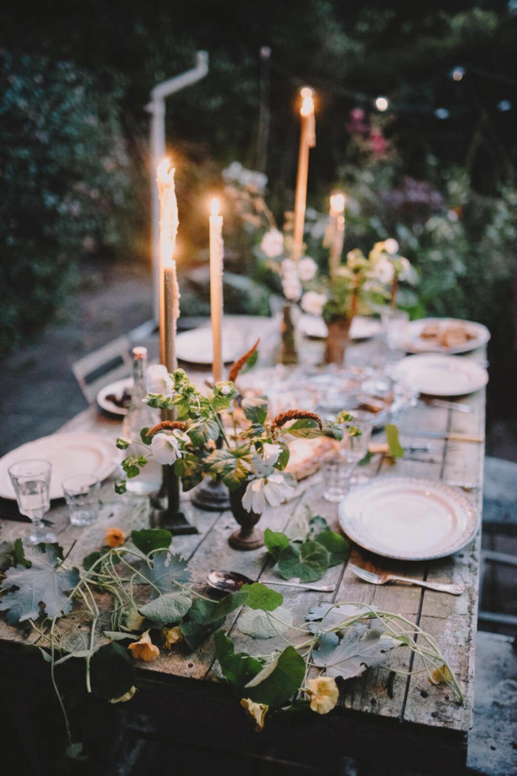 rustik dukning med levande ljus