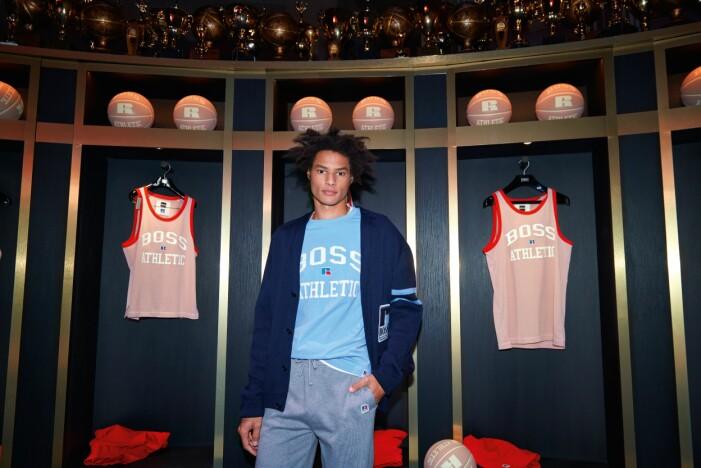 BOSS x Russell Athletic höstkollektion 2021 i blå cardigan och grå mjukisbyxor