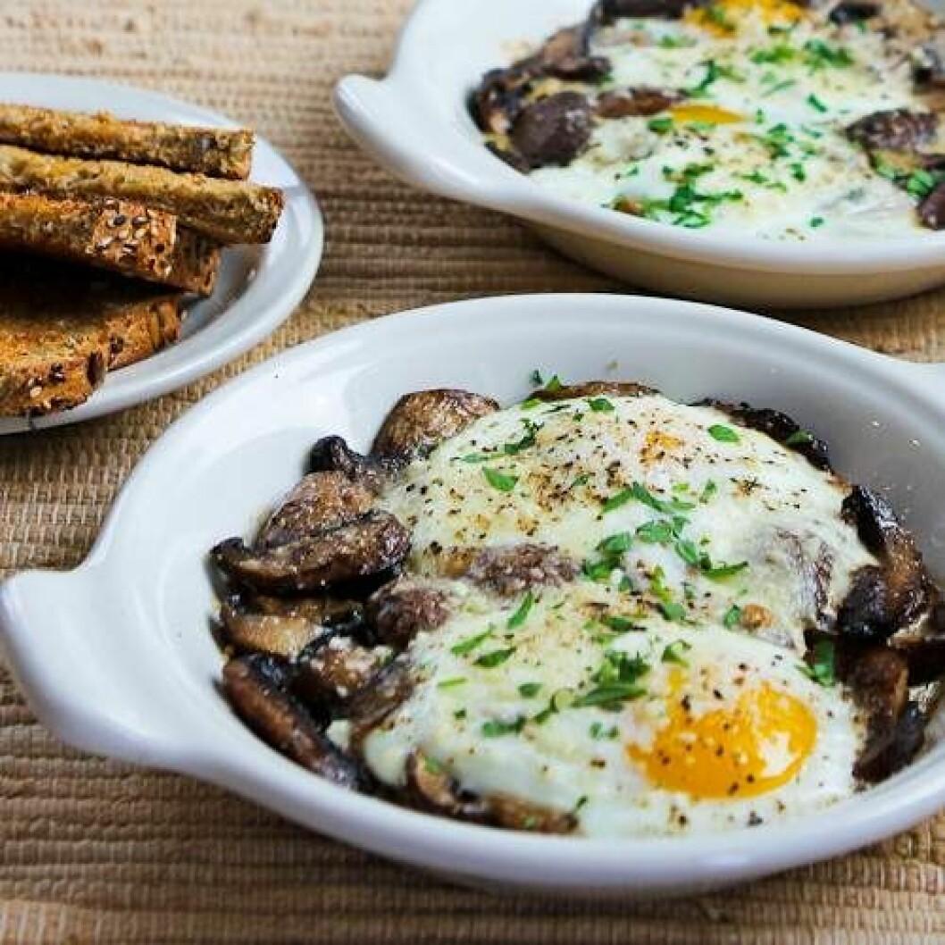Bakade ägg med champinjoner och parmesan.