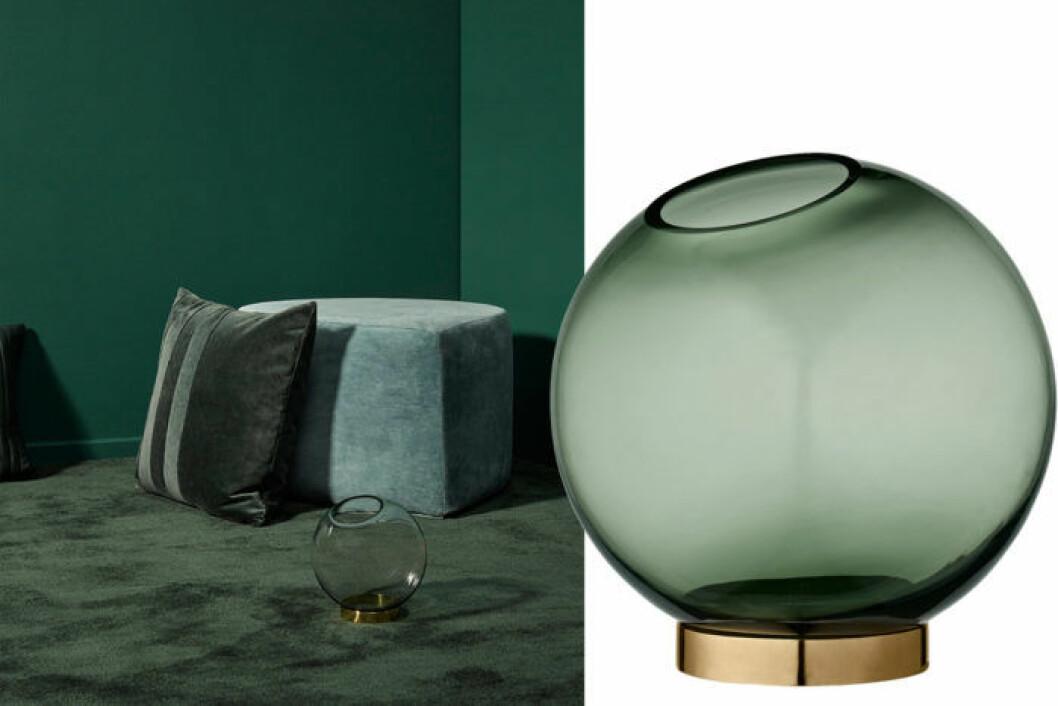 Vas i form av en glob i mörkgrönt genomskinligt glas