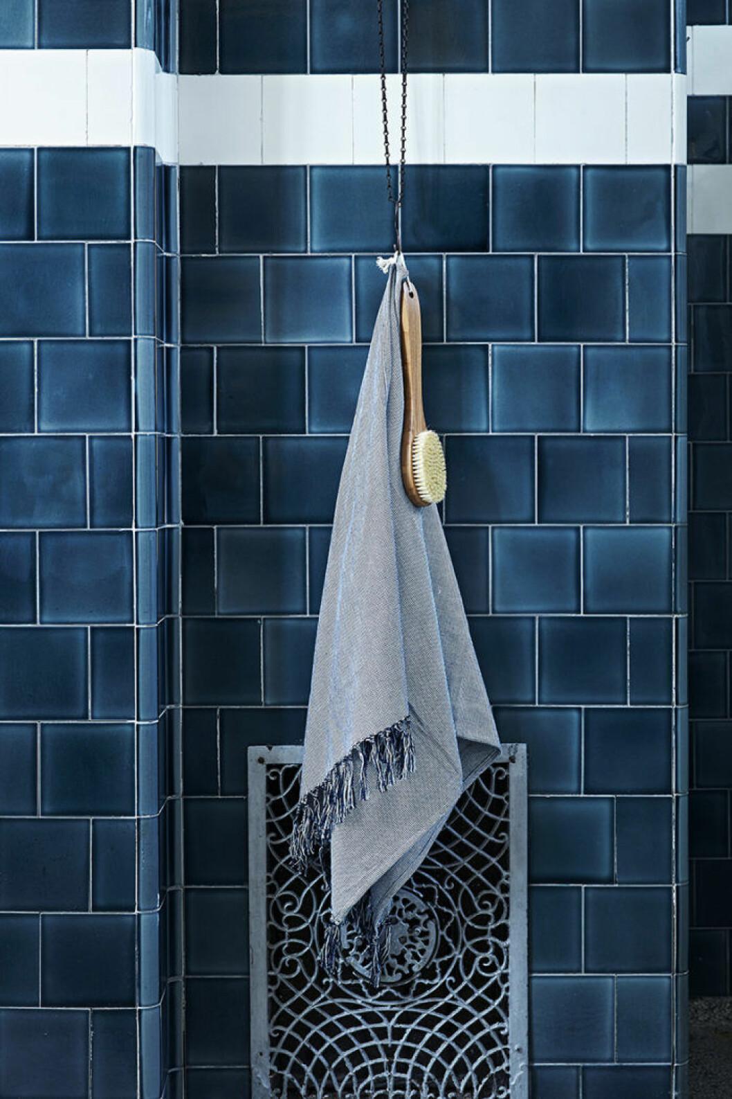 Ikeas kollektion Innehållsrik, turkost badrum.