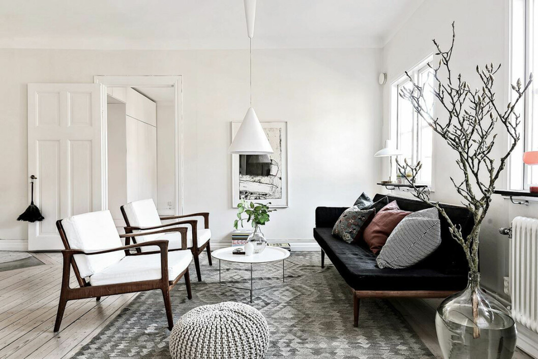 En rejäl kvist i en golvvas i ett vardagsrum