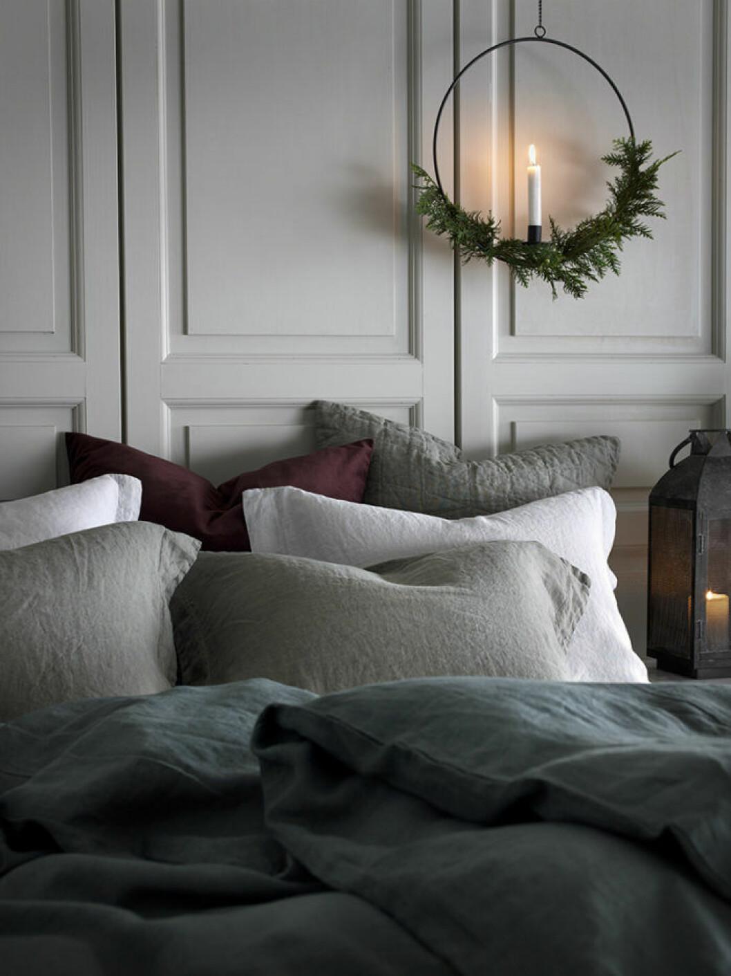 Bäddad säng i julstämning