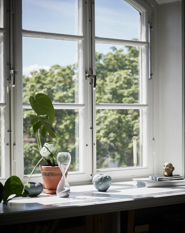 En fönsterbräda där var sak står utspritt för att inte övermöblera fönsterbrädan