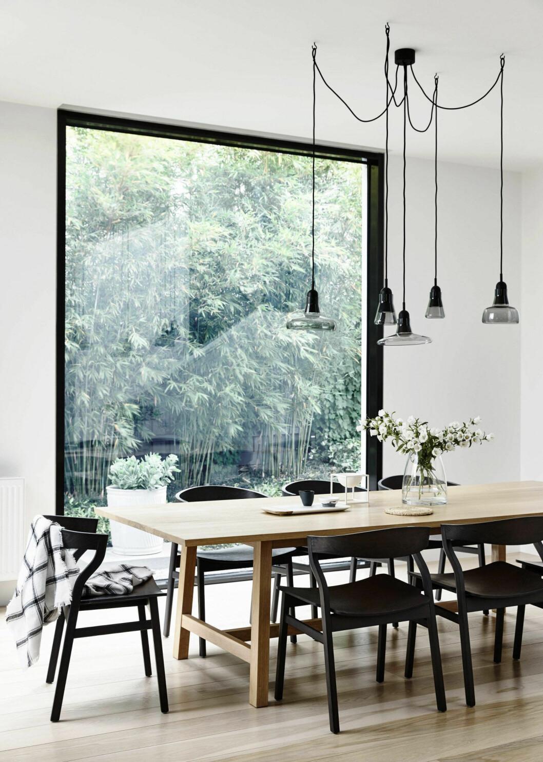 Matplats med fönster med svart fönsterkarm