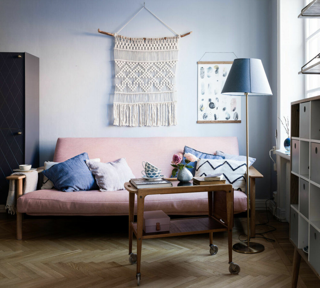 Livingroom with pink sofa, blue pinted walls and macramé. Scandinavian interior styling ideas and inspiration.