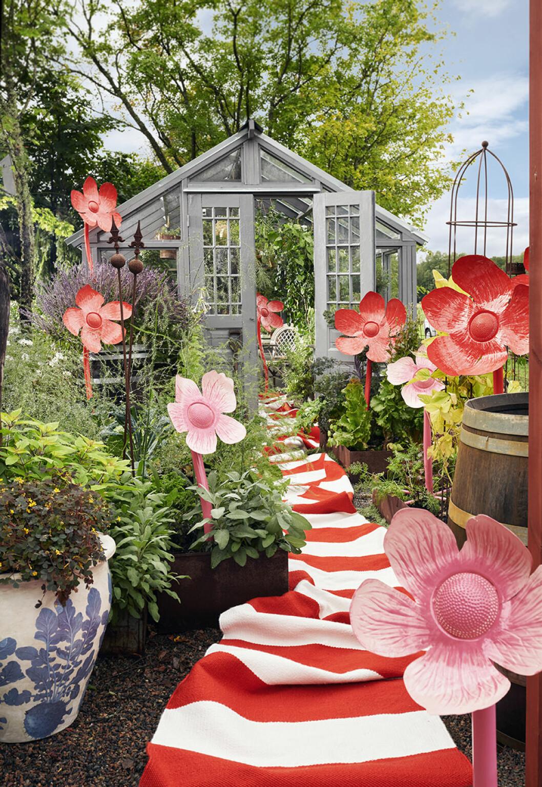Stora blommor för trädgården från Ellos Homes samarbete med Lisa Bengtsson.