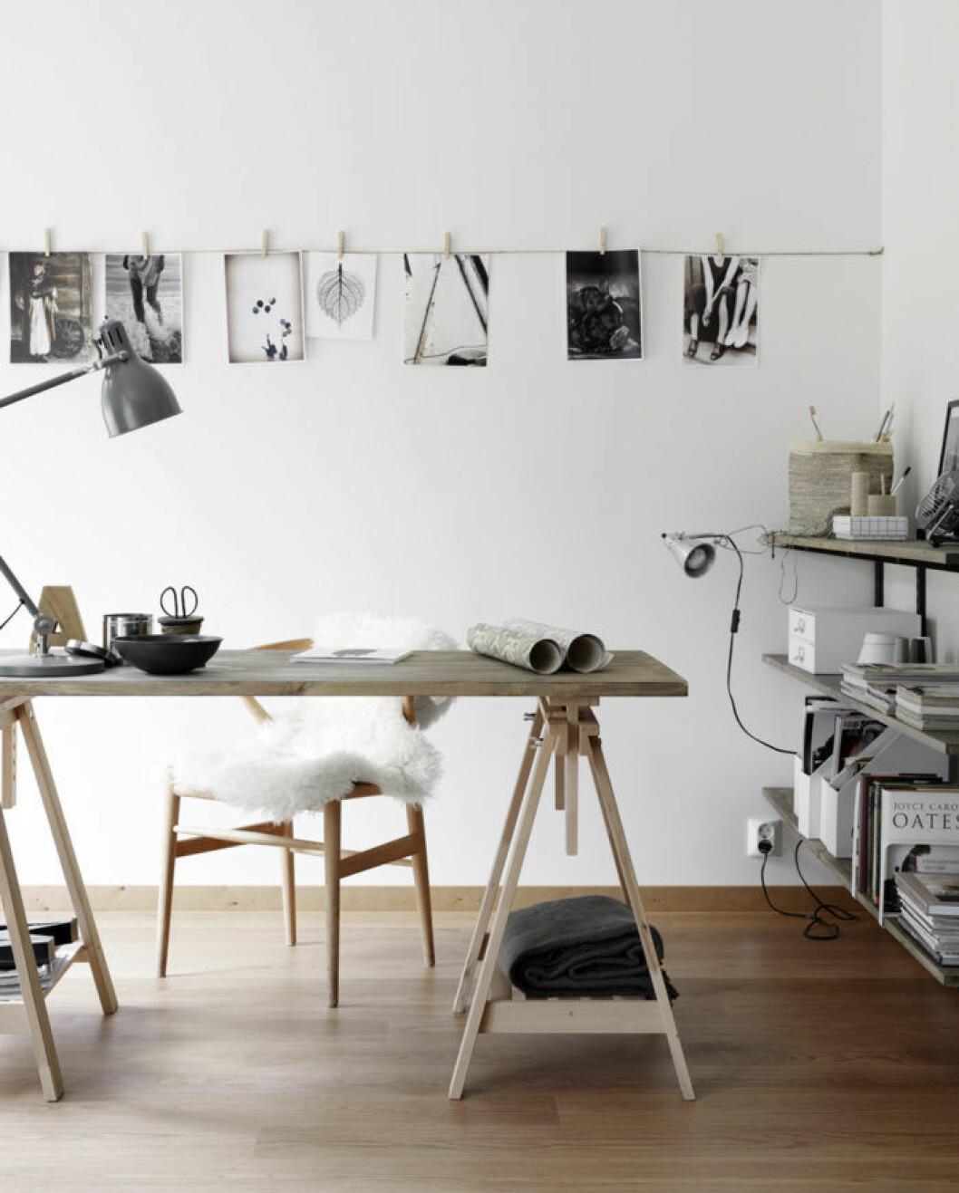 Ett snöre och enkla klädnypor skapar en dekorativ upphängning för dina fotografier