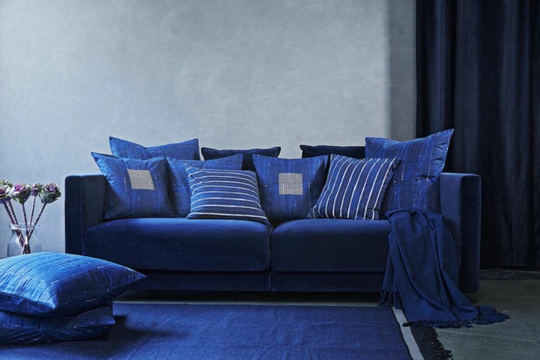 Blå soffa med kuddar från IKEA.
