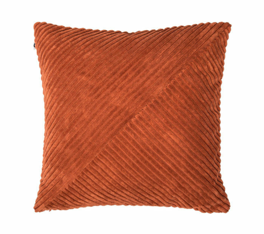 Orange kudde i från Lagerhaus.