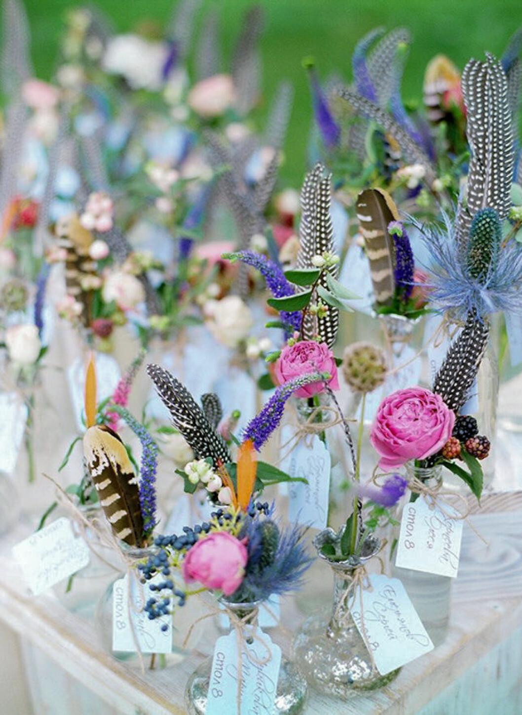 blomvaser med fjädrar i