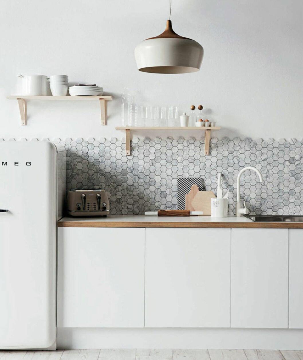 Hexagon kakel som stänkskydd i ett kök.