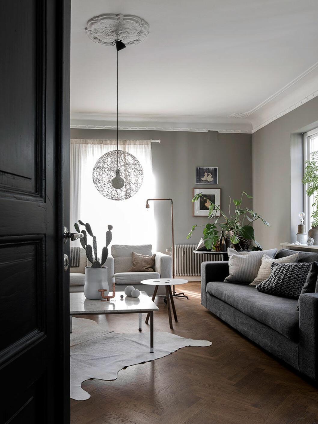Vardagsrummet går i gråa toner