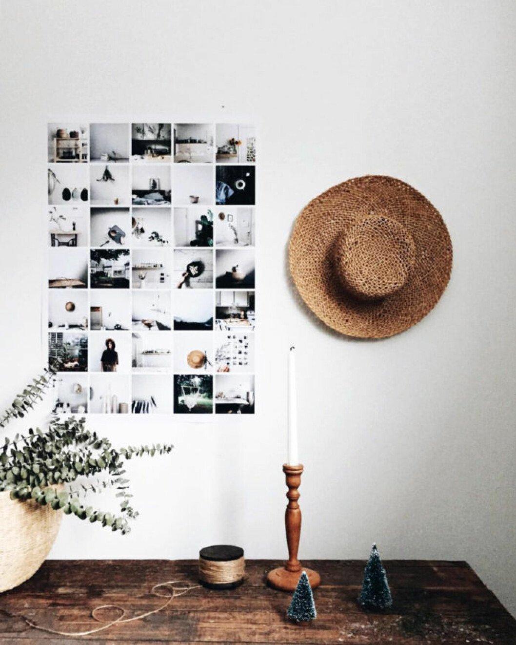 En fotoposter av ett 30-tal kvadratiska fotografier skapar en dekorativ tavla