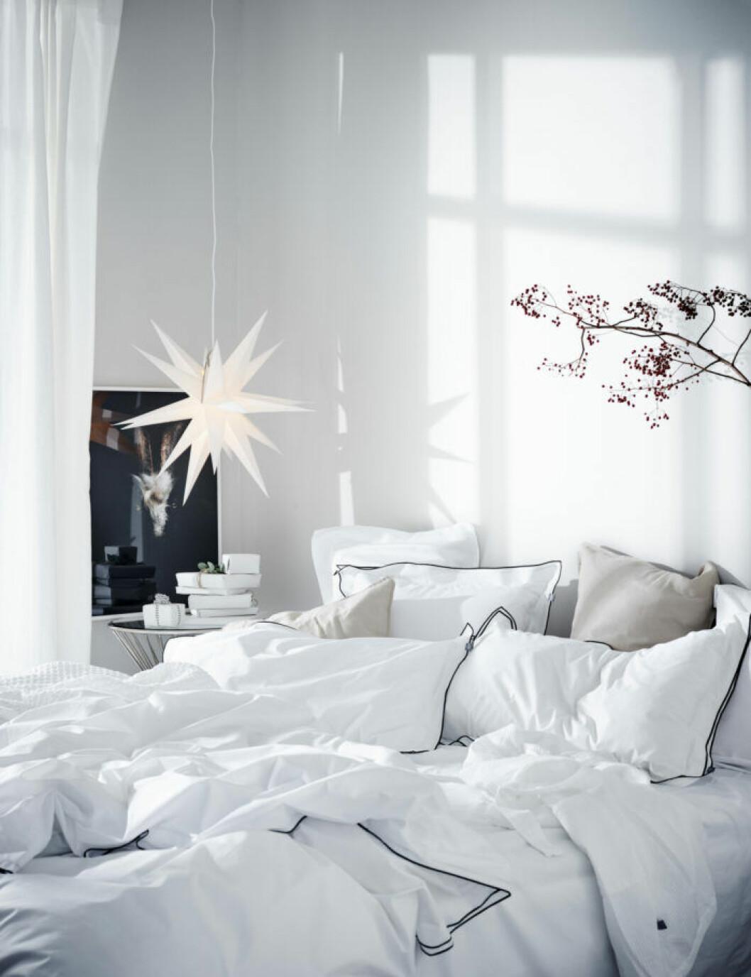 Mysigt sovrum med adventsstjärna.