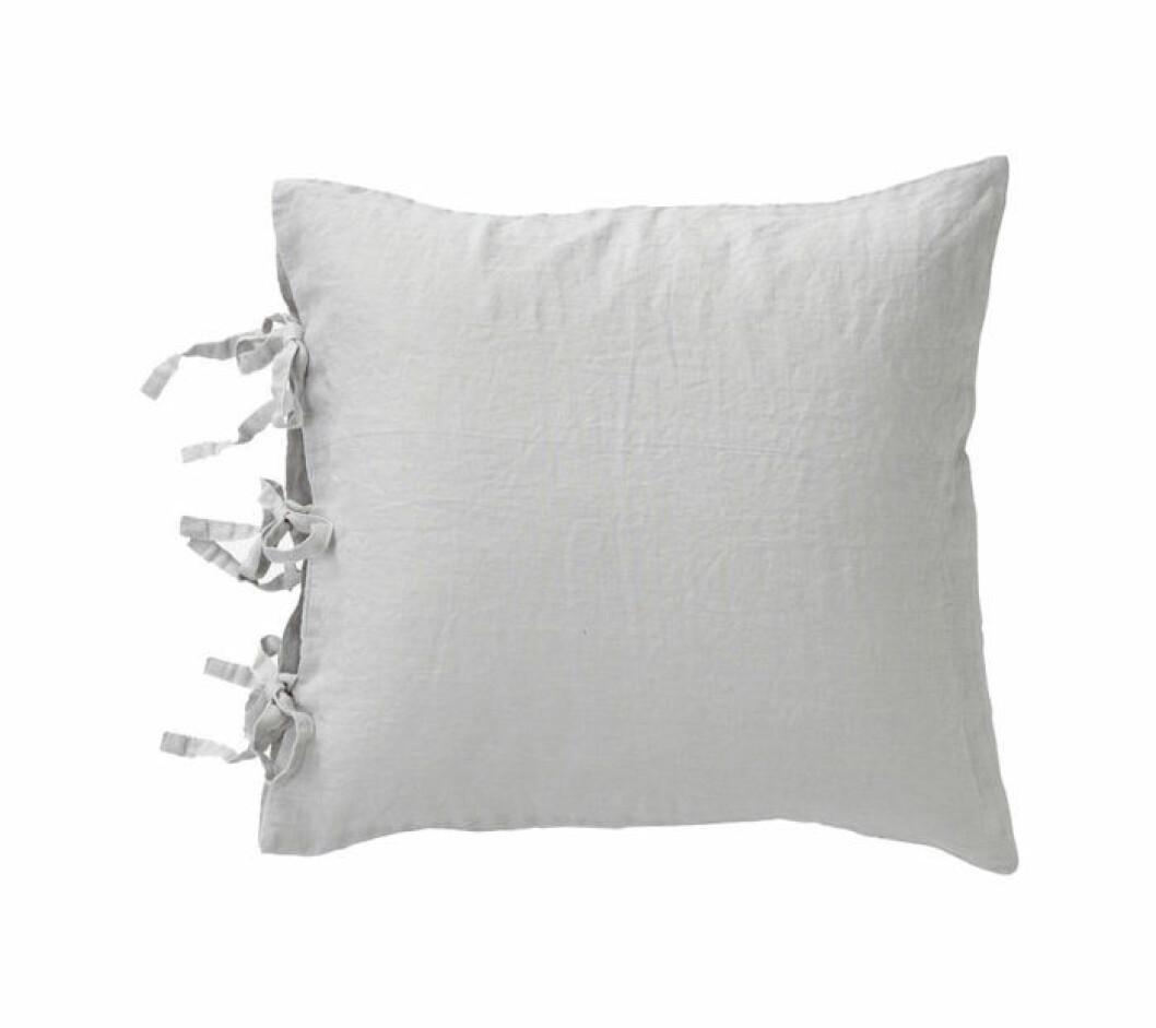 Ljusgrå linnekudde med knytband från Ellos.