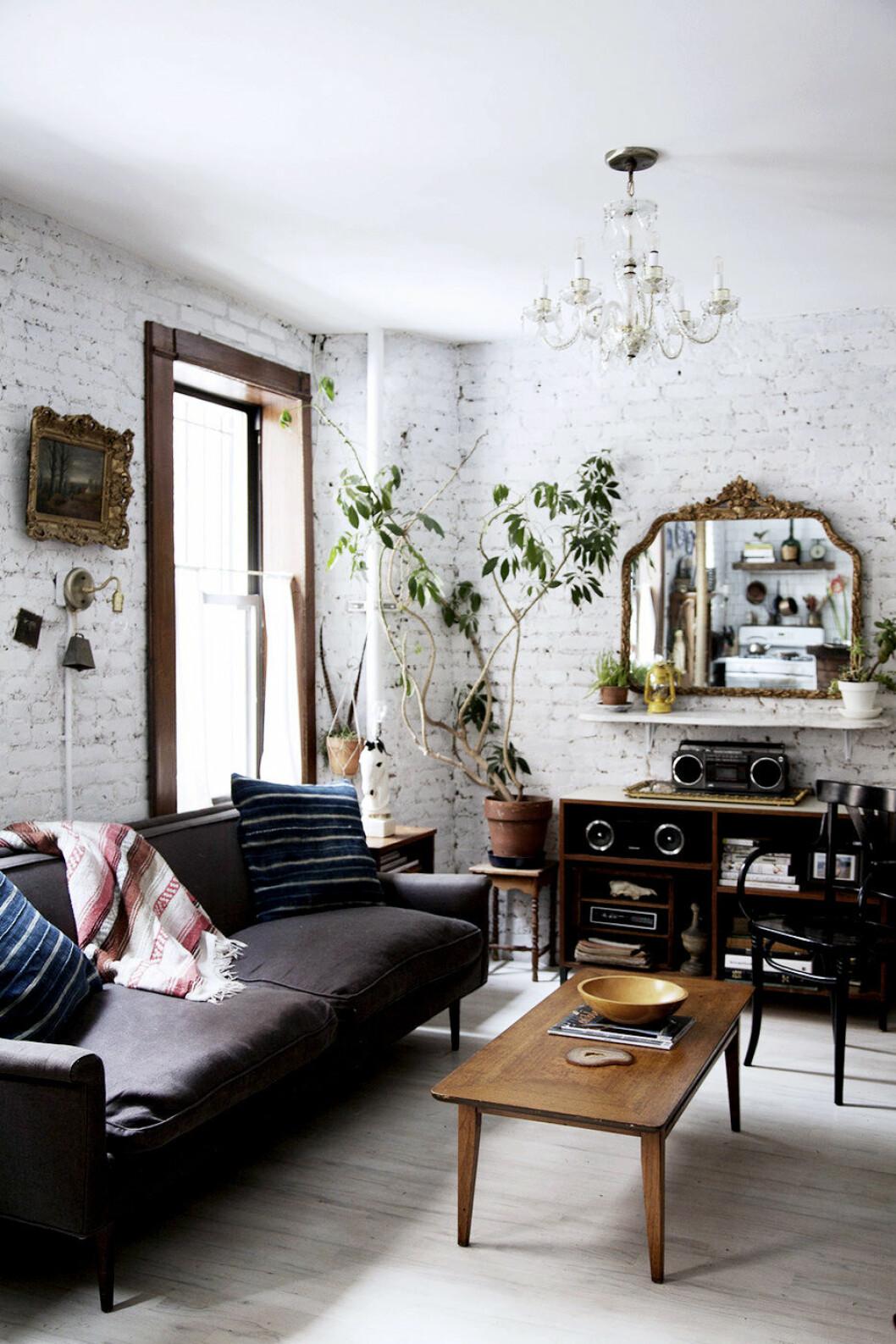 Vitmålad tegelvägg i ett vardagsrum