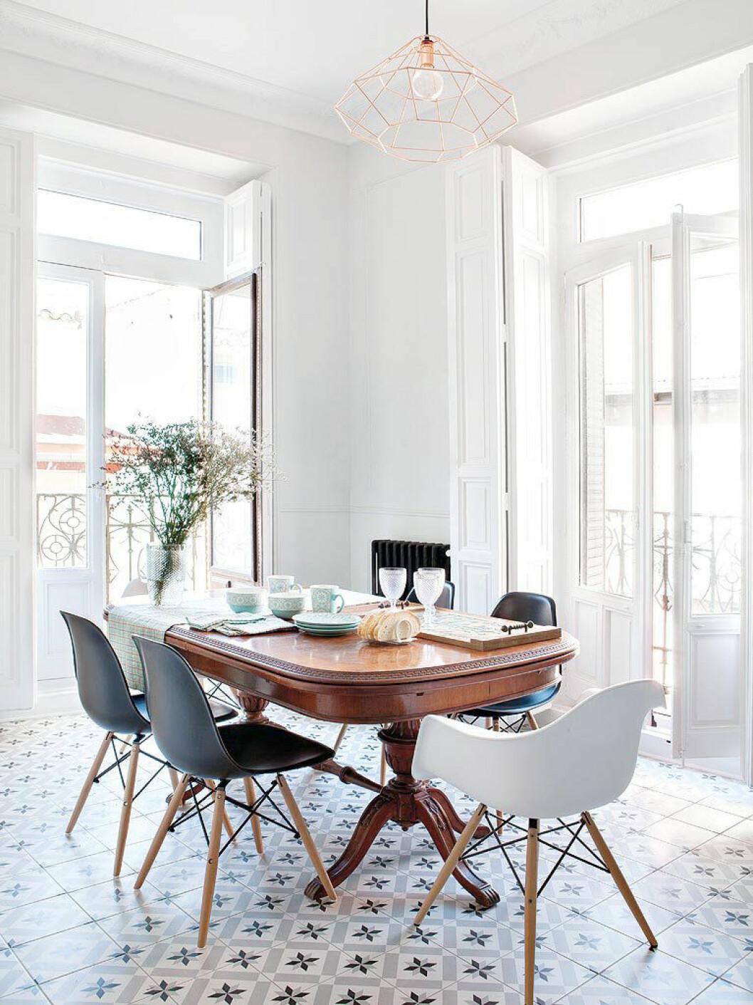Matsal med mönstrat, kaklat golv mot vita väggar.