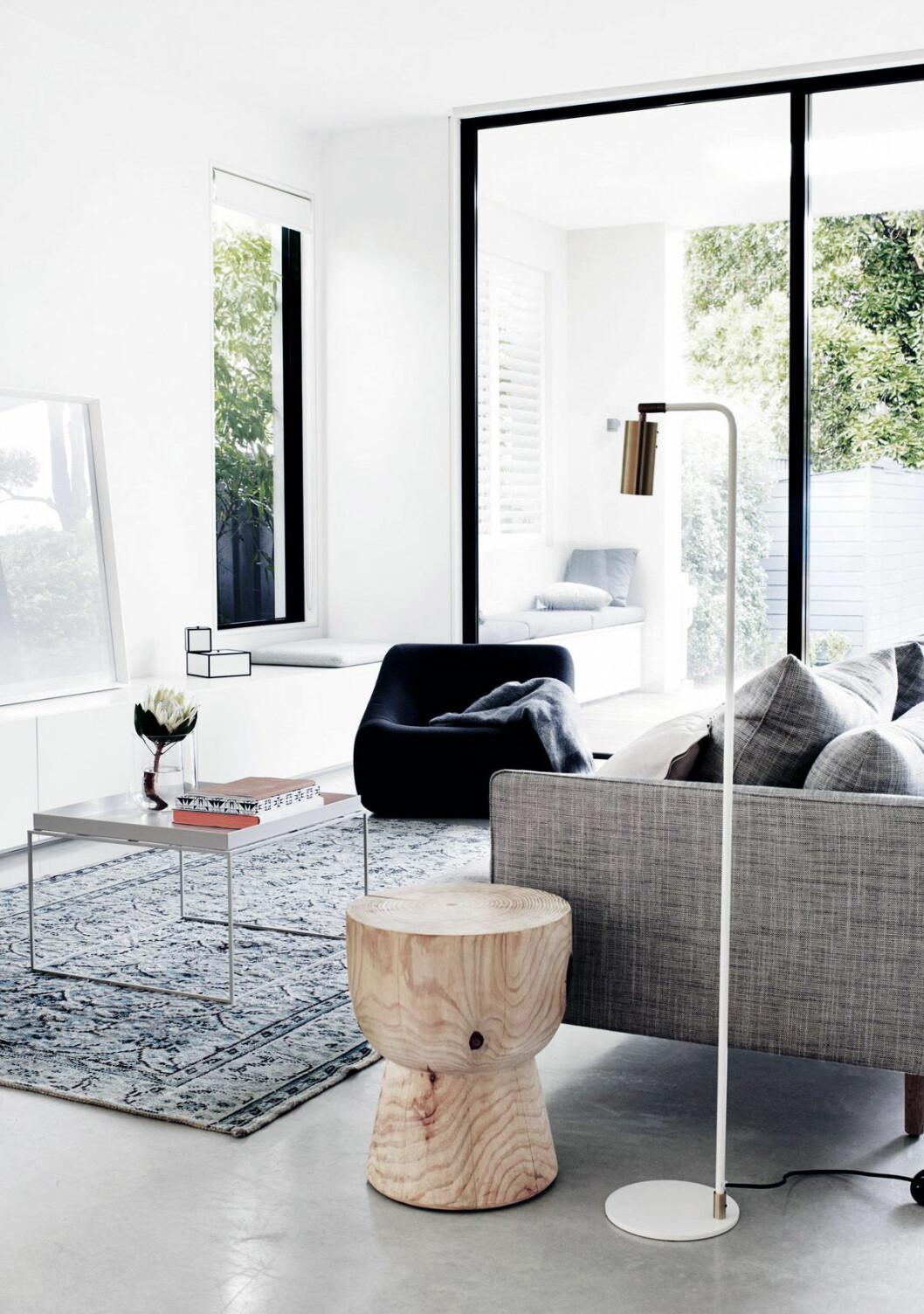 Fönster med svarta fönsterkarmar från golv till tak