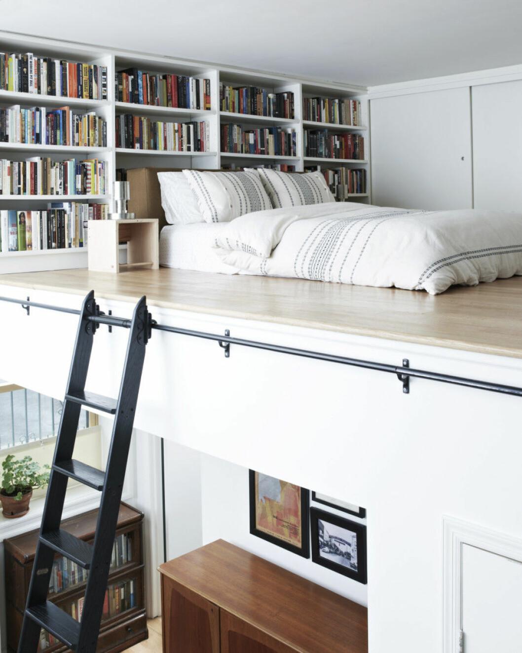Ett loft med plats för både säng och platsbyggda bokhyllor