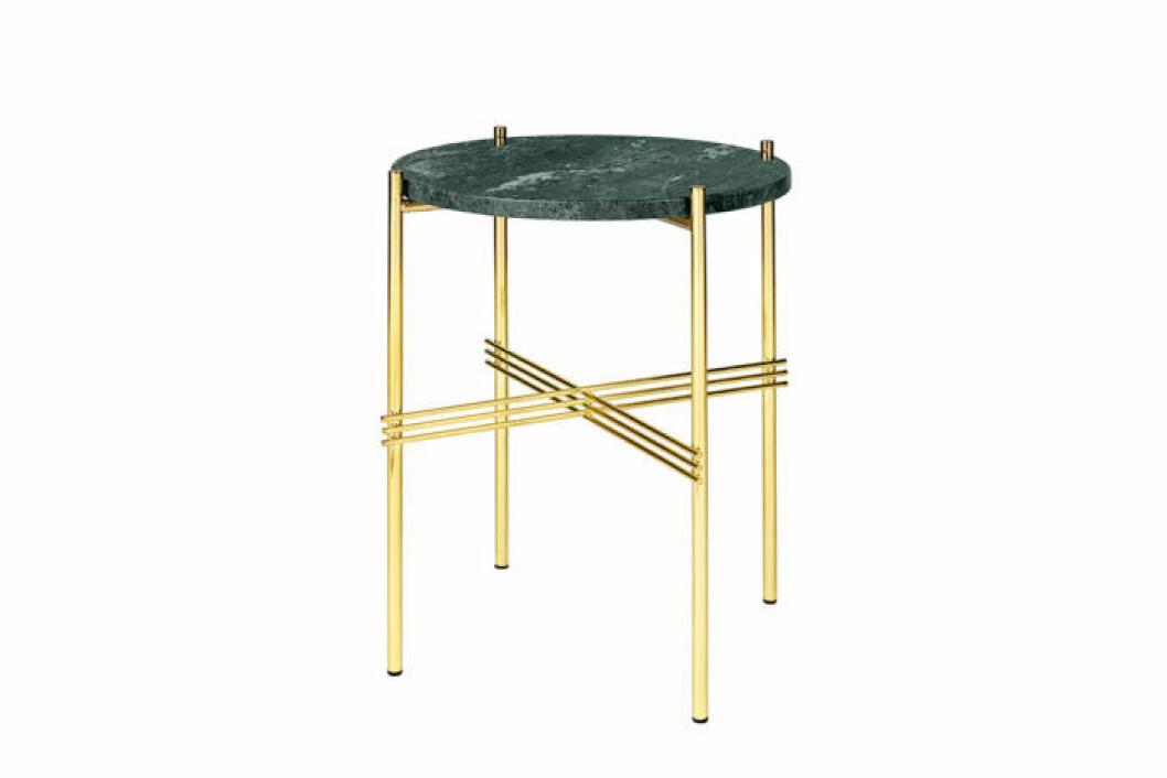 Vackert designat sidobord i grön mässing och underrede i mässing, i det låga utförandet.