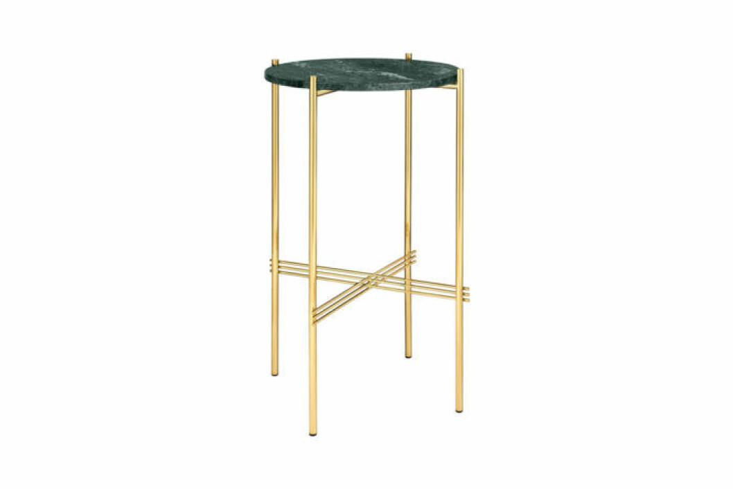 Vackert designat sidobord i grön mässing och underrede i mässing, i det höga utförandet.