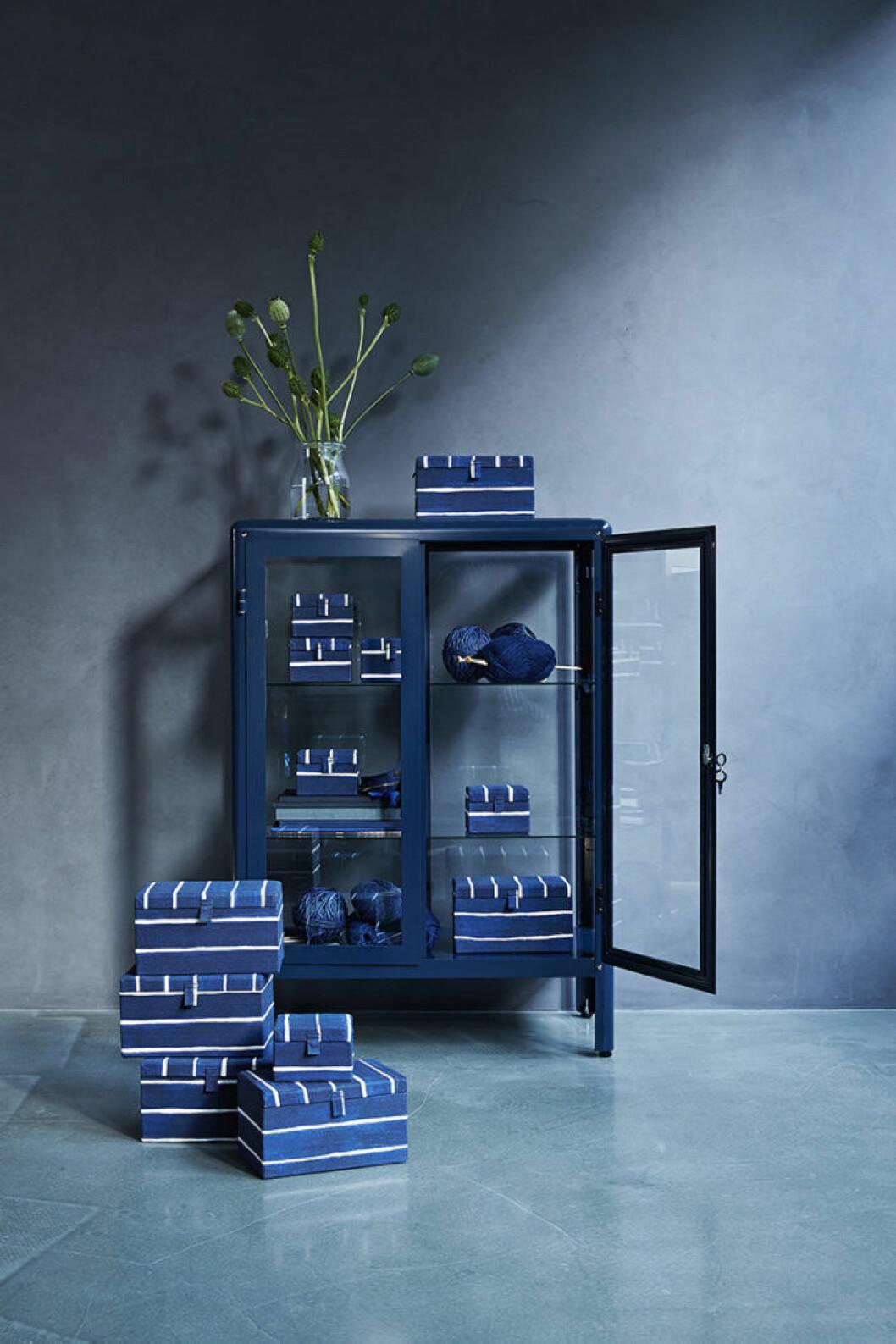Innehållsrik blått skåp från IKEA.